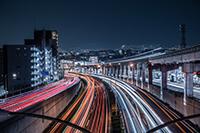 深夜の都市を走る車のイメージ